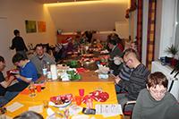 Weihnachtsfeier mit traditionellem Wunschbaum-Päckchen-Auspacken im Spielecafé.