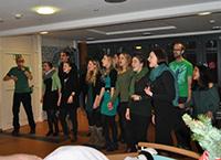 Studierende singen englischsprachige Weihnachtslieder.