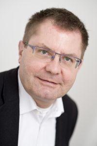 Der Chemiker Prof. Dr. Norbert Sewald forscht zu Anti-Tumor-Medikamenten, die ohne Nebenwirkungen funktionieren sollen. Er koordiniert das neue internationale Doktoranden-Netzwerk. Foto: Universität Bielefeld