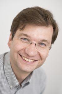 """""""Viele Forschungen zu Anti-Tumor-Arzneien konzentrieren sich auf Varianten des Wirkstoffs Cisplatin. Unser Kupfer-Komplex ist hingegen ein gänzlich neuer Wirkstoff"""", sagt Prof. Dr. Thorsten Glaser. Foto: Universität Bielefeld"""