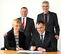 Anke Kaysser-Pyzalla, Thomas Frederking, Gerhard Sagerer und Stephan Becker (v.l.) unterzeichnen den Kooperationsvertrag. Foto: Universität Bielefeld