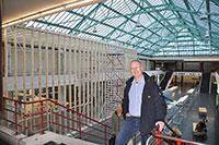 Dipl.-Ing. Michael Fischer vor der Unterkonstruktion der Hallenabtrennung. Diese wird später noch beidseitig mit Gipskartonplatten verkleidet. Foto: BLB