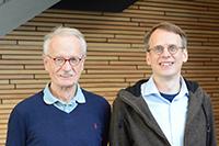 Prof. Dr. Holk Cruse (l.) und Dr. Malte Schilling haben eine Software-Architektur entwickelt, die dem Roboter Hector zu Selbstwahrnehmung verhelfen soll. Foto: CITEC/Universität Bielefeld