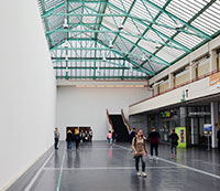 Die Uni-Halle wird zum Kinosaal: Über dem Durchgang zum Audimax wird der Film zu sehen sein, die Stühle stehen davor. Foto: Universität Bielefeld