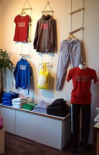 In der KontaktStube gibt es Produkte und Souvenirs der Universität Bielefeld für Studierende und Beschäftigte. Foto: Universität Bielefeld