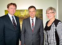 Senatsvorsitzender Prof. Dr. Fred G. Becker und Hochschulratsvorsitzende Dr. Annette Fugmann-Heesing gratulierten dem wiedergewählten Rektor Prof. Dr.-Ing. Gerhard Sagerer (Mitte). Foto: Universität Bielefeld