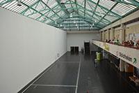 Die Trennwand in der Uni-Halle teilt den ersten Bauabschnitt ab – der Infopunkt, der Hausservice und das Audimax sind weiterhin erreichbar.