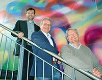 Kick-off für das neue Forschungsprojekt mit Wissenschaftlern aus drei Fachbereichen (v. l.): Thorsten Glaser (Anorganische Chemie), Olaf Kruse (Algenbiotechnologie) und Andreas Hütten (Experimentalphysik). Foto: Universität Bielefeld