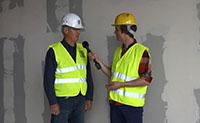 In der letzten Folge hat er es schon angekündigt, jetzt hat es geklappt: Baureporter Dirk Ludewig blickt hinter die Wand des ersten Bauabschnitts. Foto: Universität Bielefeld