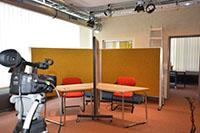In diesem Raum können Sprach- und Videoaufnahmen von Personen, die sich gegenseitig nicht sehen, gemacht werden. Foto: Universität Bielefeld