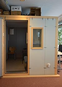 Die schalldichte Sprecherkabine sorgt für ungestörte Aufnahmen. Foto: Universität Bielefeld