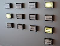 Achtung, Aufnahme! Zum ungestörten Arbeiten können die Mitarbeiterinnen und Mitarbeiter des Tonstudios Warnlampen einschalten. Foto: Universität Bielefeld