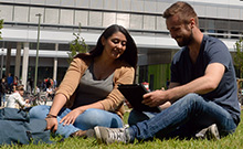 Studierende vor dem Geb�ude X Copyright: Universit�t Bielefeld