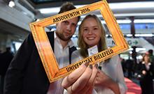 Absolventen mit Bilderrahmen Copyright: Universität Bielefeld