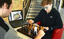 """Das Projekt """"Ceege"""" erfasst mit speziellen Brillen, wohin Schachspieler blicken. Copyright: CITEC/Universität Bielefeld"""