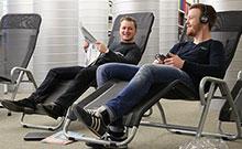 Relaxliegen in der Bibliothek. Copyright: Universität Bielefeld