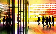 Menschen vor dem X-Gebäude Copyright: Universität Bielefeld