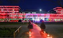 Blick auf das beleuchtete Gebäude X Copyright: Universität Bielefeld/Ch. Weische