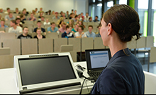 Teacher in front of class Copyright: Universität Bielefeld/S. Freitag