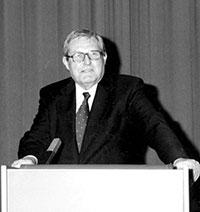 Regierungspräsident a.D. Walter Stich bei der Verleihung der Ehrenbürgerwürde im Jahr 2000.Foto: Universität Bielefeld