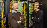 Prof. Dr. Alexander Schönhuth (li.) und Prof. Dr. Jens Stoye forschen im Pangaia-Projekt an Verfahren für den Vergleich gigantischer Gen-Datensätze. Foto: Universität Bielefeld/M.-D. Müller