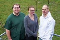 Andreas Haas (Systemelektroniker), Lena Rinke (Feinwerkmechanikerin) und Lars Kobuß (Feinwerkmechaniker) (v.l.) gehören zu den Absolvent*innen. Foto: Universität Bielefeld