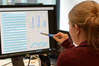 Computerprogramme können auf einer großen Datenbasis Entscheidungen vorschlagen. Diese müssen für Menschen nachvollziehbar aufbereitet werden. Foto: CITEC/Universität Bielefeld