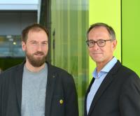 Die Bielefelder Sozialpsychologen Dr. Jonas Rees und Prof. Dr. Andreas Zick koordinieren den Aufbau des Forschungsinstituts Gesellschaftlicher Zusammenhalt (FGZ) am Standort Bielefeld. Foto: Universität Bielefeld