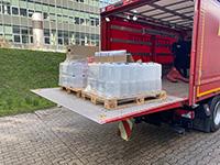 Die Feuerwehr Bielefeld verlädt an der Universität einhundert 5-Liter-Kanister Desinfektionsmittel.Foto: Universität Bielefeld