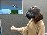Mit einer Virtual-Reality-Brille üben die Patient*innen zum Beispiel das Greifen. Foto: Universität Bielefeld