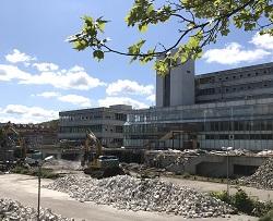 Erste Vorbereitungen für den Abriss der ehemaligen Mensa an der Universitätsstraße haben begonnen.