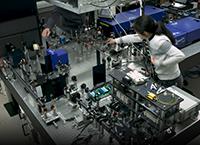 Das Mikroskop – hier der Aufbau in Bielefeld – basiert auf Glasfasern. Künftige Versionen des Geräts sollen so verkleinert werden, dass es fahrbar ist. Foto: Universität Bielefeld