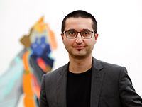 Prof. Dr. Kayvan Bozorgmehr von der Universität Bielefeld leitete die Studie zur Frage, wie hoch in Flüchtlingsheimen das Risiko ist, sich mit Sars-CoV-2 zu infizieren. Foto: Universität Bielefeld