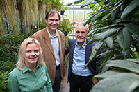 How can chemistry be used to produce plant hormones? This is the subject of a new study being carried out by doctoral student Jana Löwe and the two professors, Dr Harald Gröger and Dr Karl-Josef Dietz (from left to right). Photo: Bielefeld University