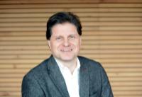 Der Wirtschaftswissenschaftler Prof. Dr. Herbert Dawid koordiniert das Forschungsnetzwerk zur ökonomischen Modellierung. Foto: Universität Bielefeld