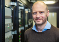 Der Informatiker Prof. Dr. Alexander Schönhuth koordiniert das Forschungsnetzwerk zur Pangenomik. Foto: Universität Bielefeld/M.-D. Müller