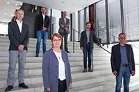 Sie haben die Gründung des neuen Instituts vorangetrieben (vorne v.li.): Prof. Dr. Eyke Hüllermeier (Universität Paderborn), Prof'in Dr. Birgitt Riegraf (Präsidentin der Universität Paderborn), Prof. Dr.-Ing. Gerhard Sagerer (Rektor der Universität Bielefeld) und (hinten v.li.), Prof. Dr. Johannes Blömer (Vizepräsident für Forschung der Universität Paderborn),  Prof. Dr. Martin Egelhaaf (Prorektor für Forschung der Universität Bielefeld) und Prof. Dr. Philipp Cimiano (Universität Bielefeld). Foto: Universität Paderborn