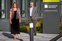 Sie haben die sechs neuen Kooperationsprojekte mit ausgewählt: Prof'in Dr. Claudia Hornberg, Dekanin der Medizinischen Fakultät OWL, und Prof. Dr. Martin Egelhaaf, Prorektor für Forschung und Forschungstransfer der Universität Bielefeld. Foto: Universität Bielefeld/M.-D. Müller