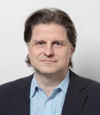 Der Ökonom Prof. Dr. Herbert Dawid hat mit seiner Arbeitsgruppe ein Modell entwickelt, dass die Folgen unterschiedlicher Eindämmungsmaßnahmen in der Coronakrise auf die Wirtschaft und auf die Fallzahlen untersucht. Foto: Universität Bielefeld