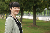 Jessica Koch erhält den Karl Peter Grotemeyer-Preis für hervorragende Lehre.  Foto: Universität Bielefeld
