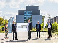 An dieser Stelle entsteht das Gebäude R.2: Dekanin Prof'in Dr. Claudia Hornbach, Kanzler Dr. Stephan Becker, Jörg Uwe Goldbeck (ge-schäftsführender Gesellschafter GOLDBECK), Rektor Prof. Dr.-Ing. Gerhard Sagerer und Marc Schumann (Verkaufsingenieur GOLDBECK Niederlassung Bielefeld)(v.l.). Foto: Universität Bielefeld/S.Sättele