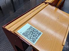 Die Studierenden registrieren sich bei jeder Veranstaltung in der Universität an ihrem Sitzplatz per QR-Code, damit eine spätere Nachverfolgung im Corona-Fall platzgenau möglich wäre. Foto: Universität Bielefeld