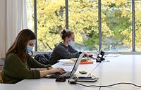 Abstand und Hygieneregeln einzuhalten gilt für Studierende genauso wie für Mitarbeitende in der gesamten Universität, wie hier an den Arbeitsplät-zen in der Universitätsbibliothek. Foto: Universität Bielefeld