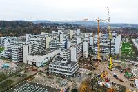 Ein 500-Tonnen-Autokran mit einer Auslegerhöhe von rund 100m ist notwendig, um die Baustellenkräne für die Universitätsmodernisierung aufzustellen. Foto: BLB NRW