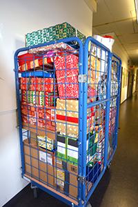 Die Päckchen für die Wunschsternaktion werden wieder in der Poststelle gesammelt. Foto: Universität Bielefeld