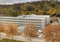 Blick vom Hauptgebäude der Universi-tät auf das Gebäude Z an der Konse-quenz. Das 2018 errichtete Gebäude (linker Teil) wurde 2020 auf drei Ge-bäudeteile erweitert und bietet nun auf 5.000qm Nutzfläche Platz für Büros. Foto: Universität Bielefeld