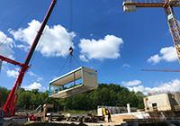 Im Mai 2020 erreichen die ersten Module für das Gebäude Z den Cam-pus Süd, rund ein halbes Jahr später ist das Gebäude fertig. Foto: Universität Bielefeld