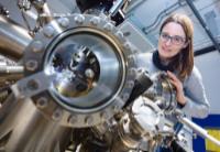 Wie sich Metallatome auf einem Isolator anordnen lassen, untersucht Prof'in Dr. Angelika Kühnle in einer neuen Studie. Foto: Universität Bielefeld/M.-D. Müller