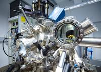 Für ihre Studie arbeiten die Wissenschaftler*innen mit einem Rasterkraftmikroskop. Foto: Universität Bielefeld/M.-D. Müller