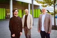 Johannes Ebner, Dr. Jörg Hüttermann und Denis van de Wetering (v.l.) erforschen in dem neuen Projekt, wie soziale Gruppen in von Migration geprägten Stadtteilen Konflikte aushandeln. Foto: Universität Bielefeld/M.-D. Müller